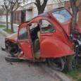 Ocurrió en Argentina, el propietario del 2CV localiza al peugeot 307 que por la noche chocó contra su 2CV estacionado.