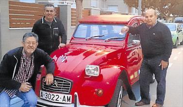 Tres vecinos, dos de ellos jubilados, viajan a África al volante de este mítico automóvil remodelado.