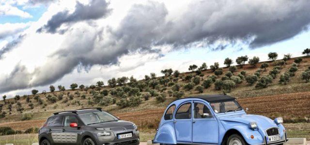 Interesante comparativa de cosasdecoches.com. El Citroën 2CV fue uno de los coches más icónicos de la historia de Citroën, algo a lo que aspira el actual Citroën C4 Cactus. Los […]